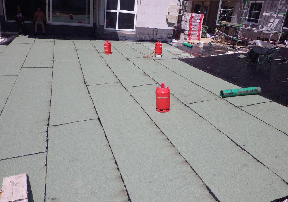 Gasflaschen stehen am Flachdach, sie werden für die Abdichtung benötigt.