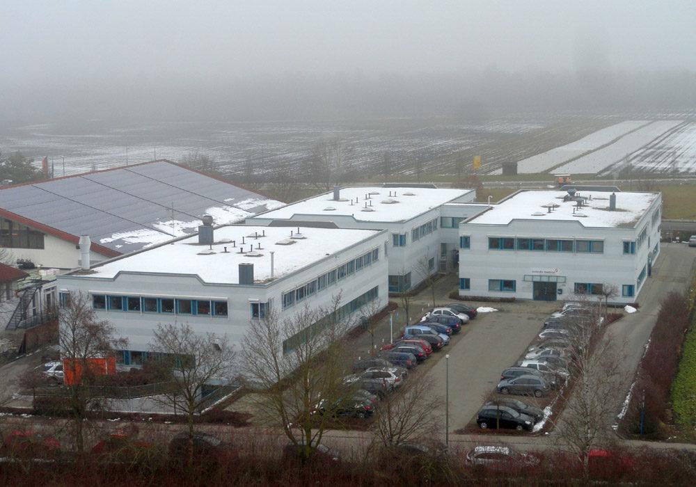 Saniertes Dach eines großen Firmenkomplexes.