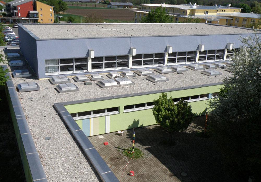 Flachdach einer Schule