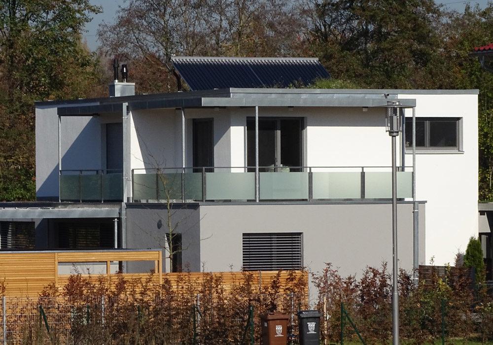 Flachdach mit Solaranlage am Einfamilienhaus.