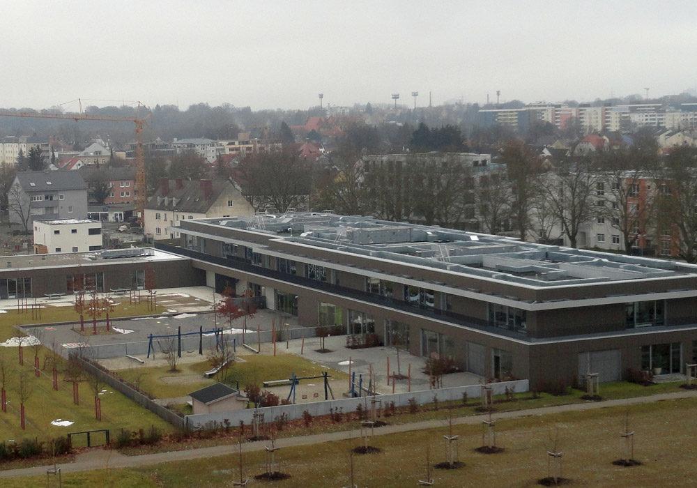 Flachdach eines großen Gebäudekomplexes.