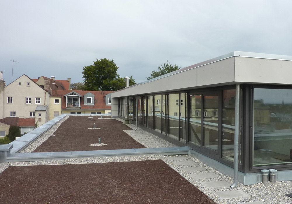 Flachdach mit Dachterrassenwohnung.