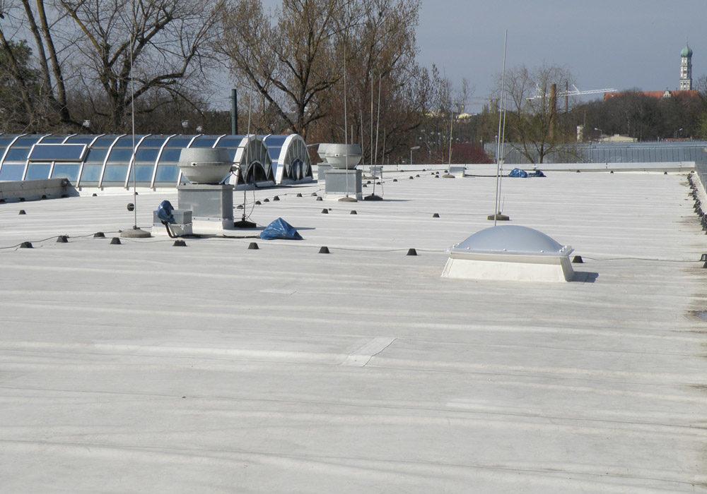 Neues Foliendach, Dach mit Dachfenstern und Kabelinstallationen