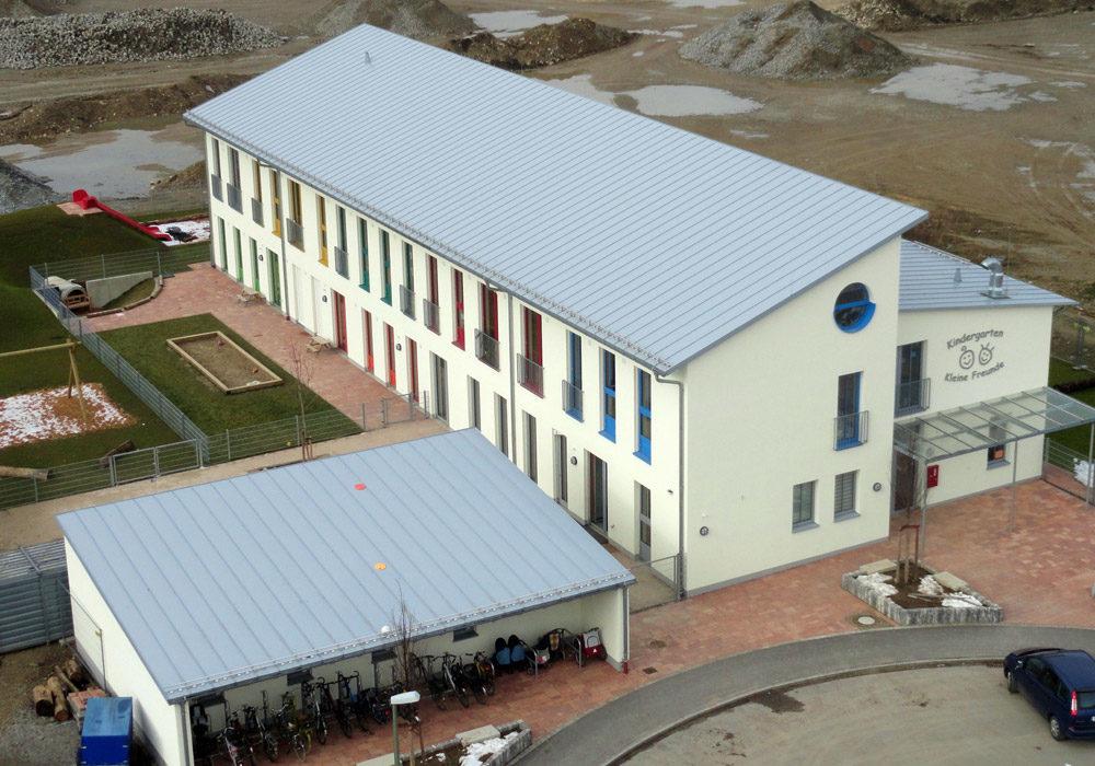 Metalldach an einem Schulgebäude.