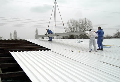 Montagearbeiten am Dach, Metallelemente werden mit dem Kran positioniert