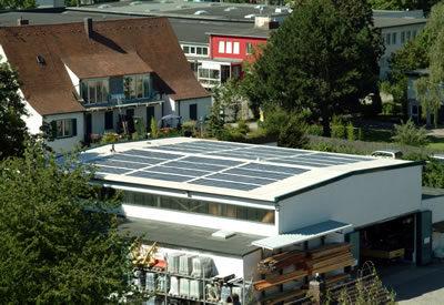 Solardach auf einer großen Betriebshalle.