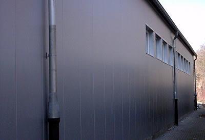 Wandverkleidung einer Halle.