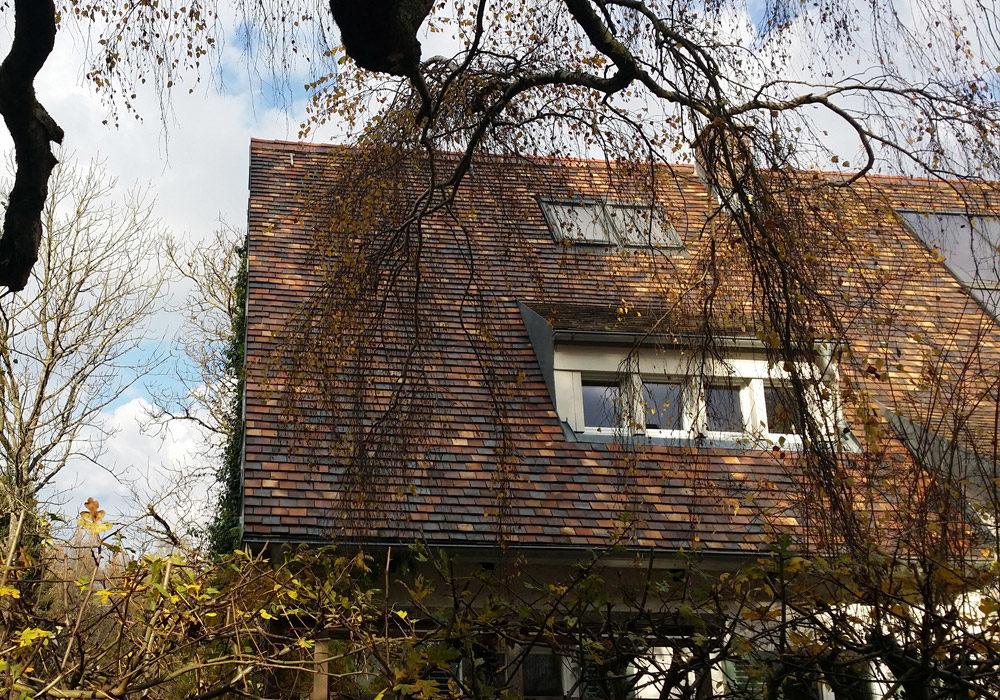 Hausdach, Ziegeldach mit Dachfenstern.