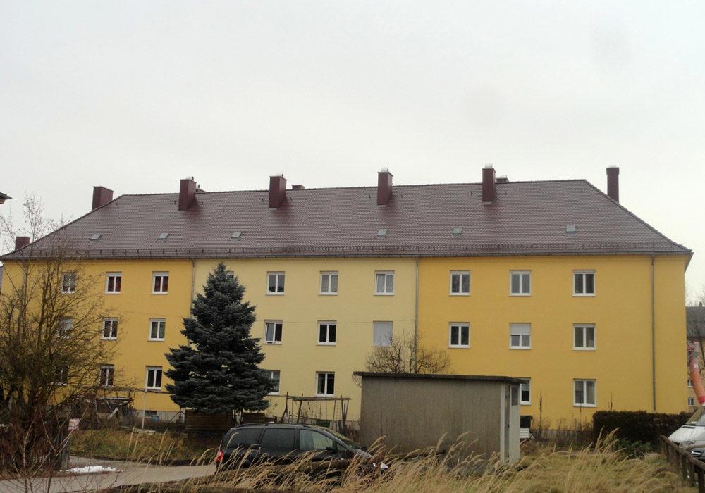 Haus mit vielen Wohnungen, Dach wurde renoviert.