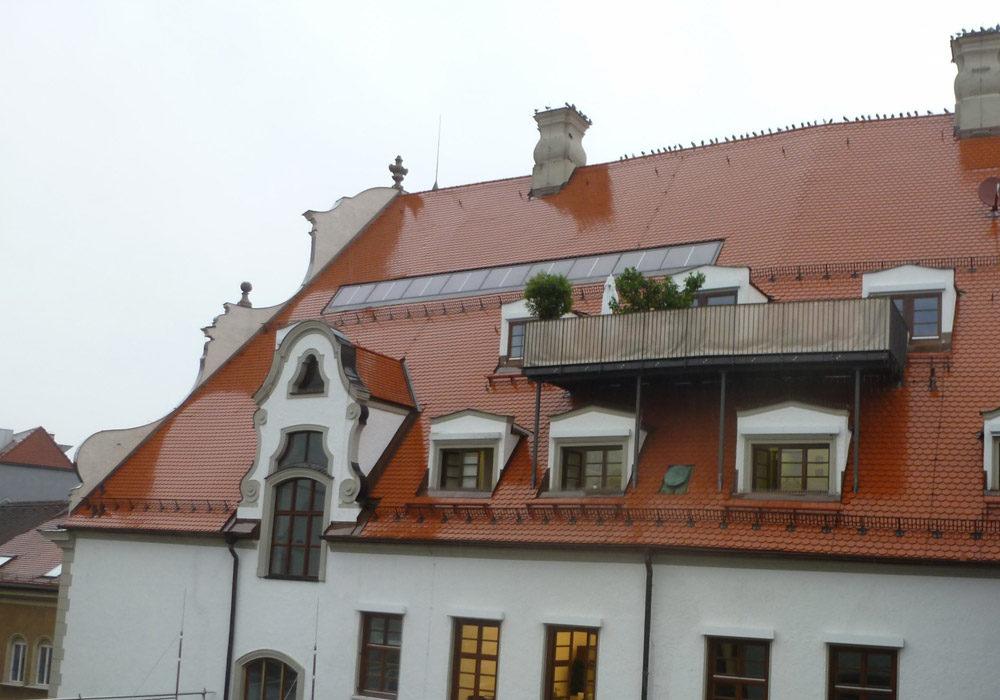 Altes, historisches Gebäude. Ziegeldach und Dachterrasse.