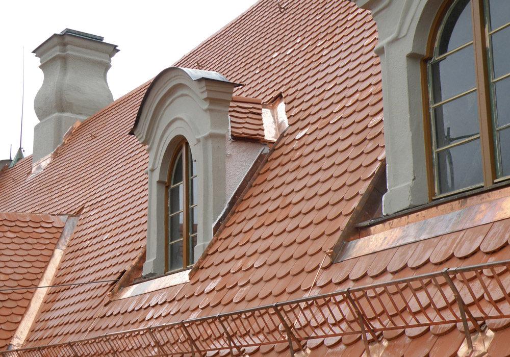 Neues Dach um historische Dachfenster.